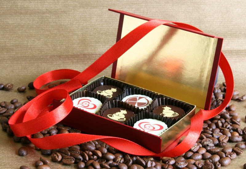 Personalized Chocolate - 78g (13g x 6 pc) 6 Pralines with Hazel Nut Cream Filling in a Box with Magnet